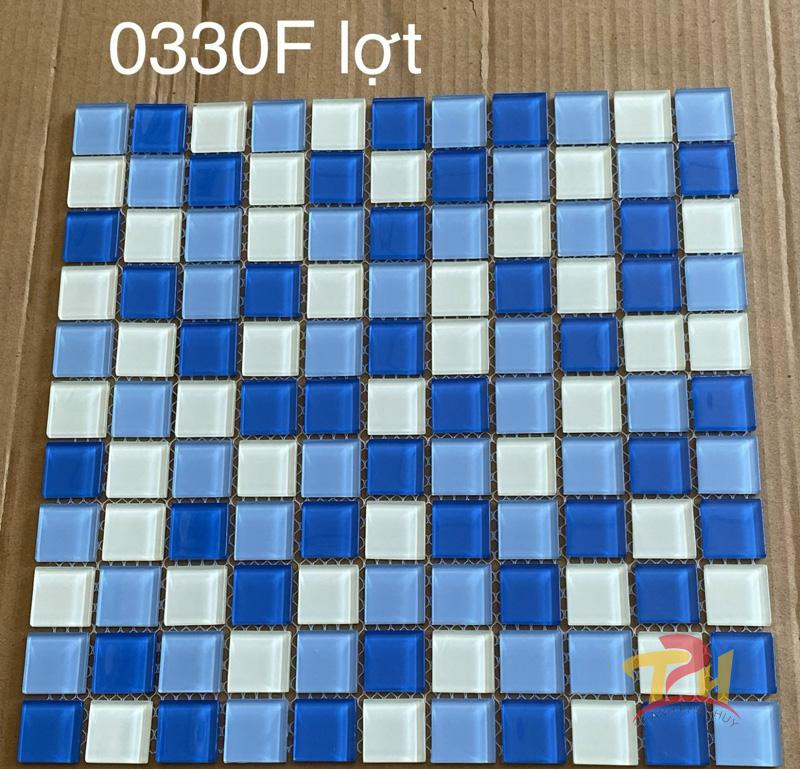 gach mosaic thuy tinh xanh duong trang