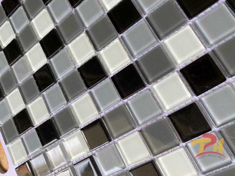 gach mosaic thuy tinh xanh la trang den xam