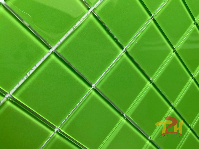 gach mosaic thuy tinh xanh la